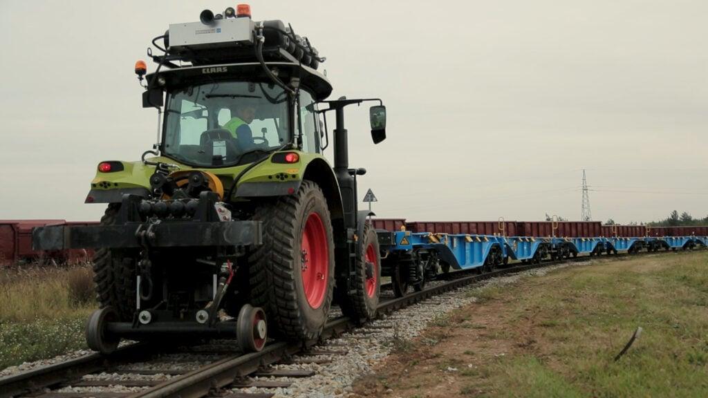 Ciągnik Claas z wagonami