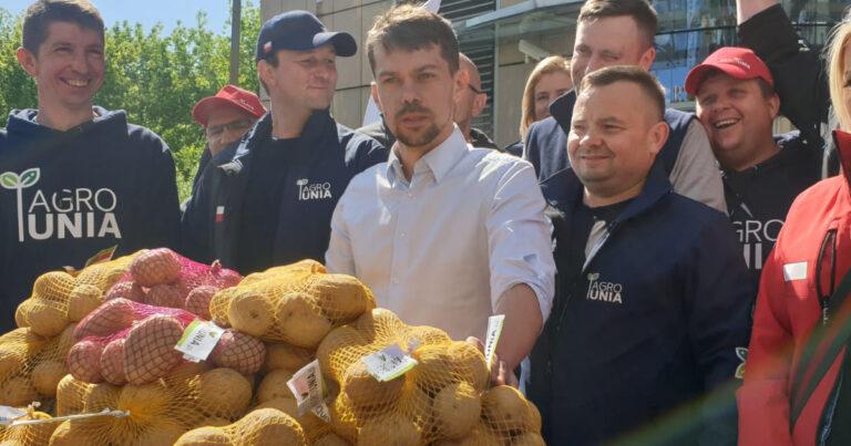 """AGROunia rozdaje 10 ton ziemniaków w ramach akcji """"Odbijemy wieś PiS-owi"""""""