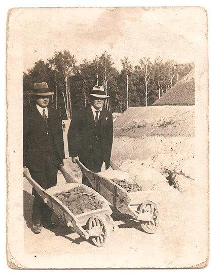 Jakub Popek z taczkami kopiec Piłsudskiego
