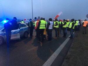 Rolnicy protestują na autostradzie